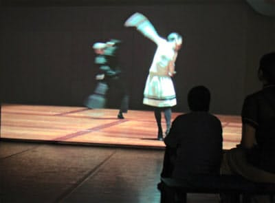 ダンサーが眼前に迫る小空間
