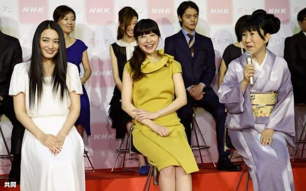 NHKの連続テレビ小説「花子とアン」の出演者会見で、笑顔を見せる(左から)仲間由紀恵さん、吉高由里子さん、室井滋さん(18日、東京・渋谷)=共同