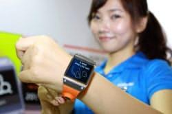 サムスン電子が25日発売した腕時計型端末「ギャラクシーギア」(ソウル市)
