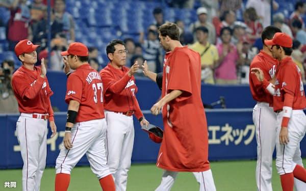 球団史上初のCS進出を決め、ナインとタッチするプロ野球広島の野村謙二郎監督(左から3人目)=25日、ナゴヤドーム