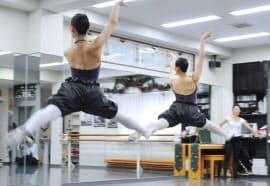 宝塚音楽学校の受験に向けレッスンを受ける生徒(兵庫県宝塚市のスタジオ・トップハット)