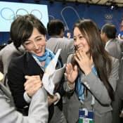 2020年五輪の開催都市が東京に決まり、涙を流して喜ぶ体操の田中理恵選手。左はニュースキャスターの滝川クリステルさん=7日、ブエノスアイレス(代表撮影・共同)