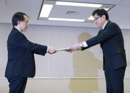 27日、柏崎刈羽原発の安全審査を申請する東電の姉川常務執行役(右)