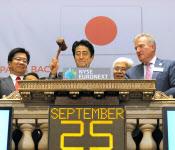 9月25日、米ニューヨーク証券取引所で取引終了の木づちをたたく安倍首相(代表撮影・共同)
