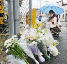 踏切内にいた男性を助けようとして、電車にはねられ死亡した女性を悼み、献花が相次いだ(2日、横浜市緑区のJR横浜線)