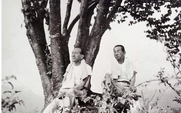一本桜での小津(左)と野田(撮影・江原望氏)
