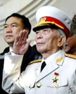 戦友を悼み敬礼するボー・グエン・ザップ将軍(2004年4月、ベトナム北西部ディエンビエンフー)AP=共同