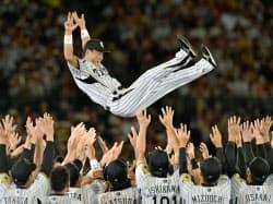 引退セレモニーで、ナインに胴上げされる阪神の桧山進次郎外野手(5日、甲子園球場)=共同