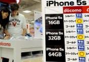 家電量販店ではiPhone5sの品薄が続く(7日、東京都新宿区のビックロビックカメラ新宿東口店)