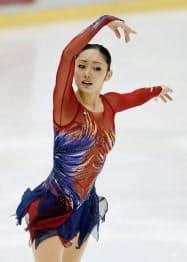 フィギュアスケートの関東選手権で優勝した安藤美姫のフリー(14日、新横浜スケートセンター)=共同