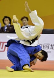 男子66キロ級決勝、北朝鮮選手を破り優勝した森下純平=下(14日、天津)=共同