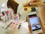 スマートフォンに取り付けた楽天のカードリーダーとアプリを使いネイルサロンの決済ができる(東京都渋谷区)