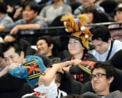 凱旋門賞のパブリックビューイングで、日本馬が敗れ残念がる競馬ファン(東京都新宿区)