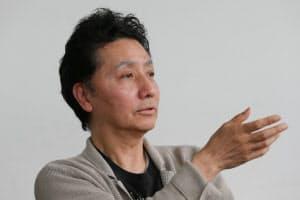 森村泰昌(もりむら・やすまさ)  1951年大阪市生まれ。大阪市在住。京都市立芸術大学美術学部卒業、専攻科修了。85年ゴッホの自画像にふんするセルフポートレイト写真を制作。以降、一貫して「自画像的作品」をテーマに作品を作り続ける。主な国内での個展に、『美に至る病/女優になった私』(横浜美術館)、『空想美術館/絵画になった私』(東京都現代美術館他)、『私の中のフリーダ』(原美術館)、『なにものかへのレクイエム/戦場の頂上の芸術』(東京都写真美術館他)など。最新の個展に『ベラスケス頌:侍女たちは夜に甦る』(資生堂ギャラリー)。現在、ヨコハマトリエンナーレ2014の芸術監督を務める。