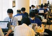 「SECCON2013」の関東地区大会最終予選に臨む参加者=23日午後、横浜市