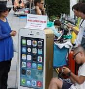 新型iPhoneもスマホへの関心を高めた(発売前日の9月19日、東京・銀座のアップルストア前に並ぶ人たち)