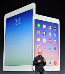 新しいiPadを発表するアップルのクックCEO(22日、米サンフランシスコ)=共同