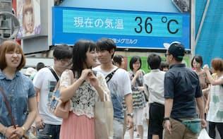 猛暑日が続き、気温が36度と表示された電光掲示板(大阪市中央区)