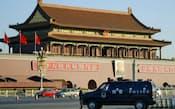 車が突っ込み、炎上した北京の天安門付近を警戒する警察車両(29日)=共同