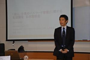 人や企業のパスワード管理のずさんさについて説明するシマンテックSSL製品本部SSLプロダクトマーケティング部の安達徹也上席部長(30日、東京・港)