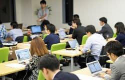 20人のグループ授業。6時間でアプリ作成など初心者でも実践的な内容が学べる