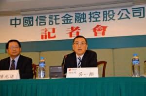記者会見する中国信託金融HDの呉一揆総経理(31日、台北市内)