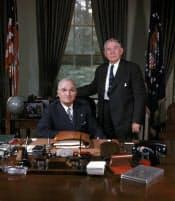 ホワイトハウスのバークレー副大統領(右)とトルーマン大統領=AP