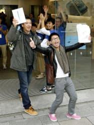 アップル直営店で発売されたばかりの「iPad Air」を手に入れ、喜ぶ男性客(1日午前、東京・銀座)=共同