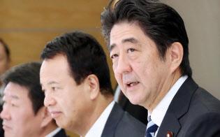日本経済再生本部であいさつする安倍首相(10月18日、首相官邸)
