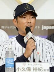 ユニホーム姿で記者会見する野球日本代表の小久保新監督(6日、東京都内のホテル)=共同