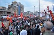 トルコの最大都市イスタンブールのタクシム広場に集まる人々(6月4日)=共同