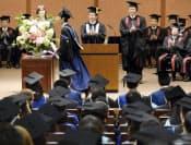 東京大学で行われた秋季卒業式で卒業生代表に学位記を授与する浜田学長(27日午前、東京都文京区)=代表撮影