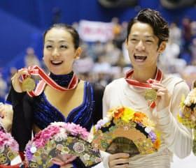 NHK杯で優勝し、メダルを手に笑顔を見せる浅田(左)と高橋