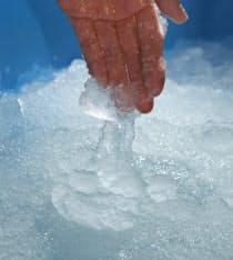 氷温ジェルアイスの直径は0.1~0.5ミリと細かく球状。海水から作られ、塩分濃度の調節で細かな温度設定ができる
