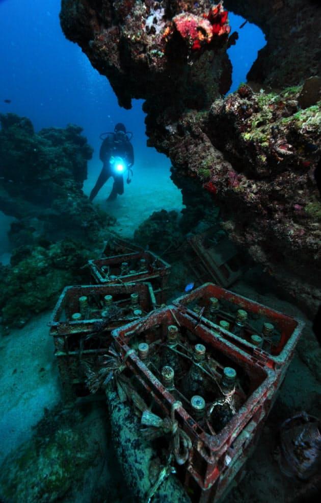 沖縄本島東海岸沖、水深約18メートルの海底に並ぶ泡盛の一升瓶。漁師でダイバーの玉栄将幸さんは、ダイビング客らとの晩酌を楽しむために15年ほど前から海底貯蔵を始めた