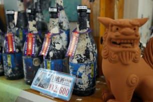 同県本部町の観光スポット「琉宮城蝶々園」が販売する泡盛の海底貯蔵酒は、2002年に「日本おみやげアカデミー賞」グランプリを受賞。瓶にサンゴなどの海中生物が付くことも付加価値の一つだ