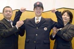 中日と仮契約し、両親と写真に納まる聖隷クリストファー高の鈴木翔太投手(16日、浜松市内のホテル)=共同