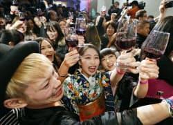 フランス産ワインの新酒「ボージョレ・ヌーボー」が解禁となり、乾杯する人たち(21日午前0時、東京都内)=共同
