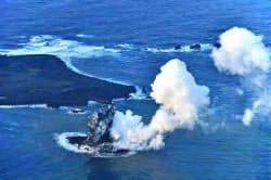 西之島周辺で起きた噴火の様子=20日午後4時20分(海上保安庁提供)