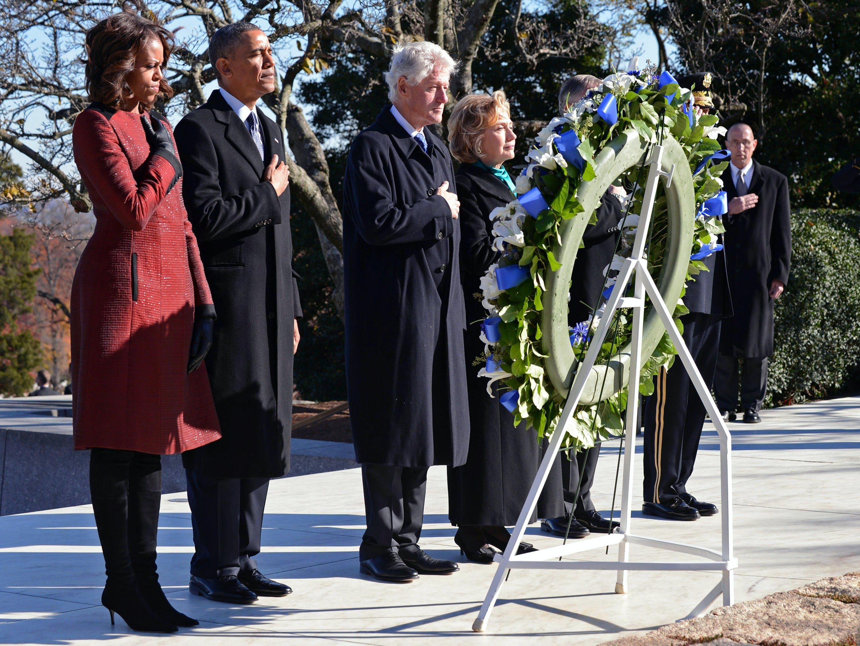 米アーリントン国立墓地で、ケネディ元大統領の墓に献花するオバマ大統領夫妻とクリントン元大統領夫妻(20日)=ゲッティ・共同