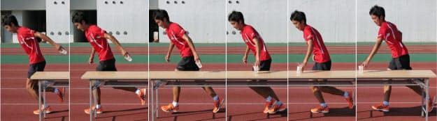 写真2 体より前の位置で取り、腕を体より後方へ引く