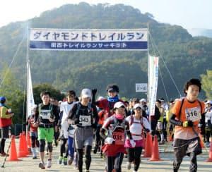 約330人のランナーが組ごとにスタート。北海道や首都圏からの遠征組も(奈良県葛城市)