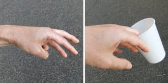 写真3 人さし指・中指・薬指で三角形を作り(左)、コップを挟み取る
