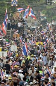 タイ・バンコクで野党民主党が主導した反政府デモが行われ、約3万人が参加した(25日)=共同