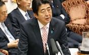 参院決算委で答弁する安倍首相(25日)