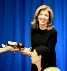講演前、誕生ケーキを贈られて笑顔を見せるキャロライン・ケネディ駐日米大使(27日午後、都内のホテル)=代表撮影