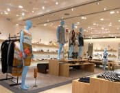 白を基調とした内装にし、ブランド衣料を引き立たせるバーニーズ・ニューヨーク新宿店の店内(東京都新宿区)