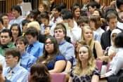 多様な留学生が集まる国際教養大学の入学式(2010年、秋田市)=同大学提供