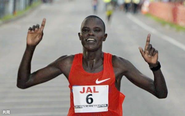 第41回「JALホノルル・マラソン」、2時間18分47秒で初優勝したギルバート・チェプコニー(8日、ホノルル)=共同