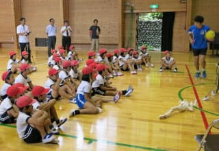子供たちの心に強い印象を残す教室になるよう心掛けた(10月、和歌山県の小学校)